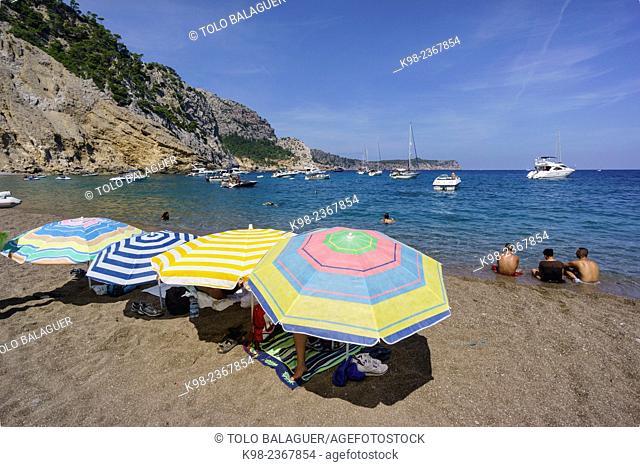sombrillas en la playa de Es Coll Baix, a los pies del Puig de Sa Talaia, Alcudia,islas baleares, Spain