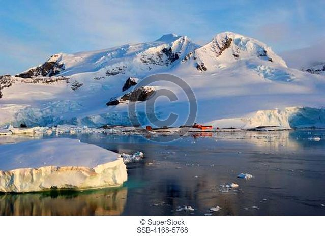ANTARCTICA, ANTARCTIC PENINSULA, PARADISE BAY, MOUNTAINS AND ICE, CHILEAN RESEARCH STATION GONZALES VIDELA