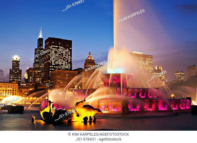 Illinois, Chicago, Buckingham fountain and Sears Tower, city skyline at dusk, landmark in Grant Park