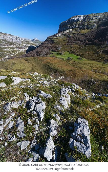 Trail to Canalahonda, Collados del Asón Natural Park, Soba Valley, Valles Pasiegos, Cantabria, Spain, Europe