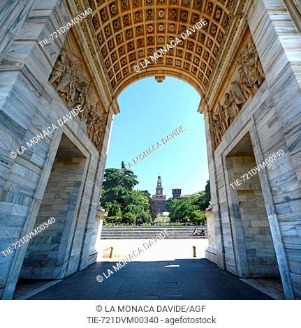 Italia, Lombardia, Milano, Arco della Pace e Castello Sforzesco