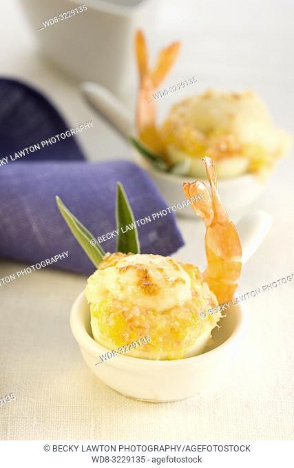 Platillo de huevo relleno de salmon ahumado con salsa bechamel y mayonesa
