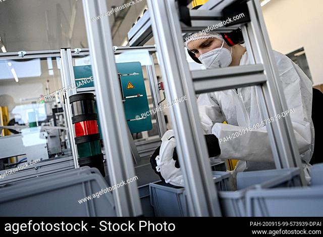 15 September 2020, Berlin: FFP2 protective masks are produced by Karl Rabofsky GmbH and packed by an employee. The machine manufacturer has started the...