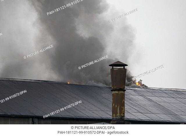 21 November 2018, North Rhine-Westphalia, Krefeld: The roof of a factory building burns after a violent explosion in an iron foundry