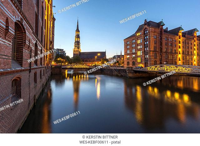 Germany, Hamburg, Speicherstadt, Kleines Fleet with St. Catherine's Church