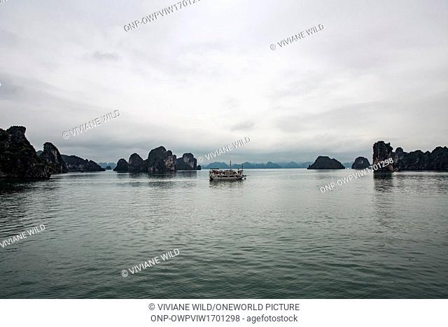 Vietnam, Qu?ng Ninh, H? Long, The Halong Bay from a boat out in the rain
