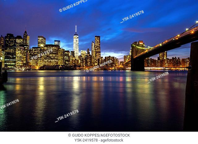 New York, USA. Sunset view on the Skyline of Manhattan, the Freedom Tower and the Brooklyn Bridge from Brooklyn Bridge Park