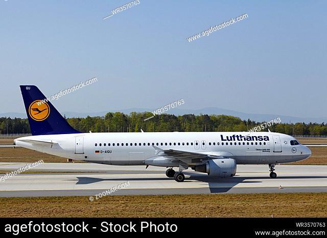 Landung eines Airbus A320-211 der Gesellschaft Lufthansa auf dem Flughafen Frankfurt am Main (Deutschland, FRA) am 24. April 2015