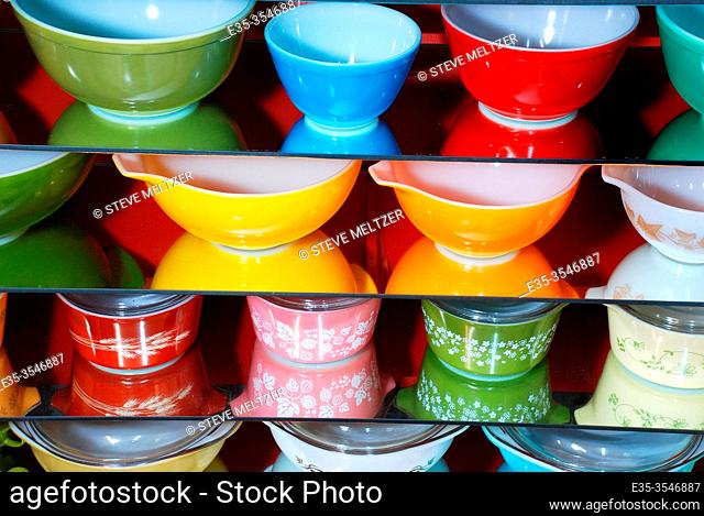 Collection of American Pyrex dishes from the 1950-1980s