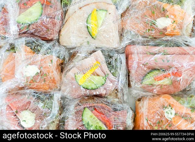 25 June 2020, North Rhine-Westphalia, Duesseldorf: Canapés are individually wrapped in plastic foil in the Landtag. In addition to a topical hour for the...