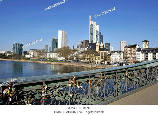 Germany, Hesse, Frankfurt am Main, View over river Main with skyline, Eiserner Steg (Iron Pedestrian bridge)