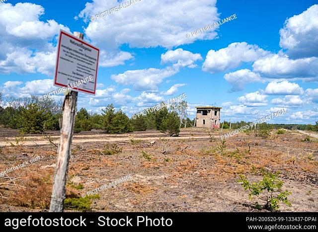 """17 May 2020, Brandenburg, Luckenwalde: A sign """"""""Naturschutzgebiet"""""""" (nature reserve) on the way to the approximately nine hectare large inland dune in the..."""