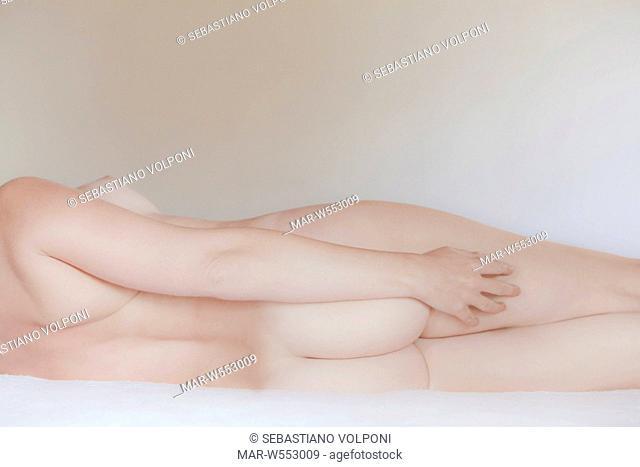 corpo di una donna nuda sdraiata sul letto