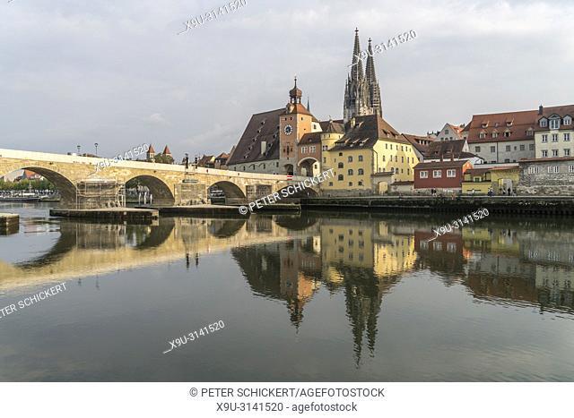 Stadtansicht mit Donau, Steinerne Brücke, und Dom St. Peter in Regensburg, Bayern, Deutschland, Europa | cityscape with Danube river