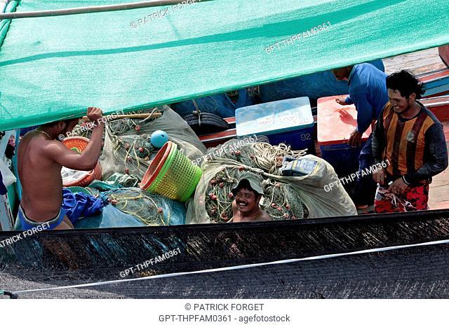 FISHERMEN PREPARING THEIR NETS, BURMESE FISHERMEN ON THEIR BOAT, BURMESE LABOR IS CHEAPER, FISHING PORT OF BANG SAPHAN, THAILAND, ASIA