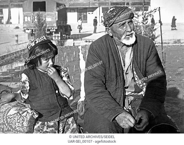 Ein Mann mit einem kleinen Jungen in Taschkent in Usbekistan, Sowjetunion, 1970er Jahre. A man with a little boy at Tashkent in Uzbekistan, Soviet Union 1970s