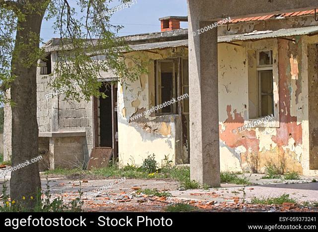 Kriegsschäden in Kroatien - verlassene und verfallene Häuser prägen noch immer das Landschaftsbild im Inneren Kroatiens