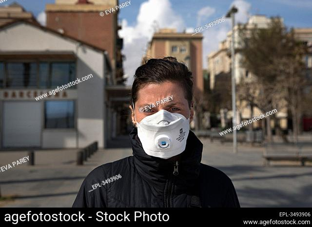 Lou carries a mask that one friend of her gave as a present in the month of december, when the COVID19 appeared in China