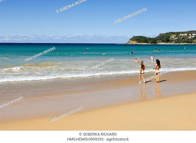 Australia, New South Wales, Sydney, Manly, young women entering the water