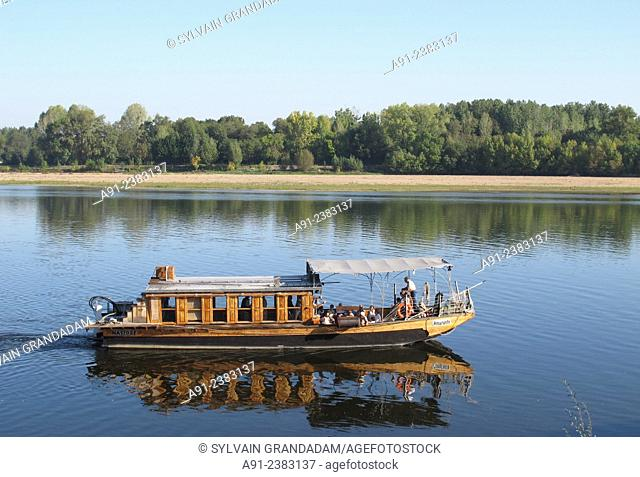 """France, Loire, biking along the river in summer from Tours to St Michel Chef Chef, traditional """"""""Gabarre"""""""" boat"""