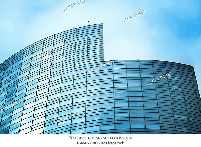 Uno de los muchos edificios singulares que forman la moderna arquitectura de La Defense  París  Francia