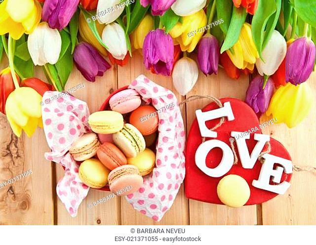Franzoesische Macarons und bunte Tulpen