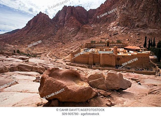 Panoramic view of St  Katherines Monastery and Mount Sinai in the background, Mount Sinai, Sinai Peninsula, Egypt