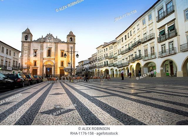 Giraldo Square (Praca do Giraldo) and St. Anton's church in the historic centre, with dragon's tooth paving, Evora, UNESCO World Heritage Site, Alentejo