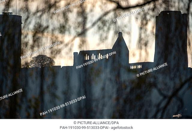 30 October 2019, Hessen, Münzenberg: The ruins of the medieval castle Münzenberg above the village of the same name, visible from afar