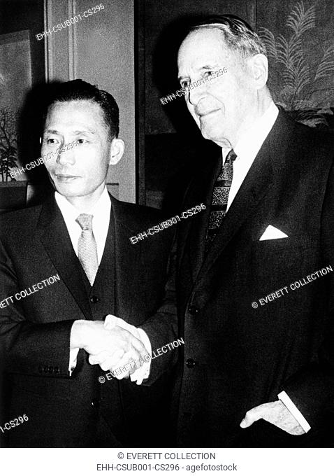 Park Chung-hee and retired General Douglas MacArthur shake hands. They met at MacArthur's Waldorf Astoria tower apartment in New York City, Nov