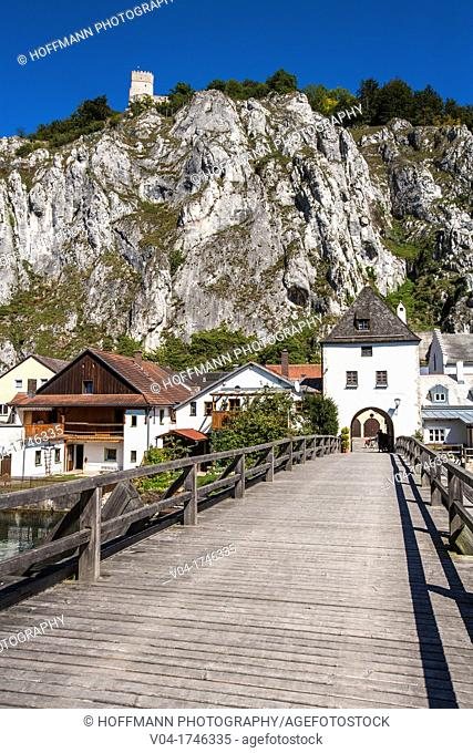 Town gate and wooden bridge of the picturesque town of Essing with the ruins of Randeck castle in the background, Bavaria, Germany, Europe
