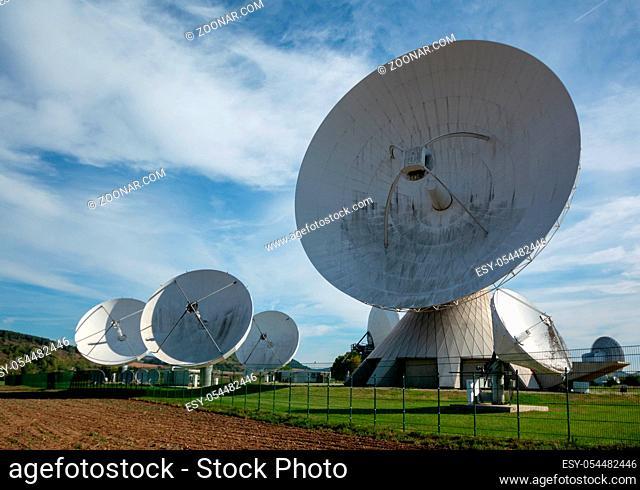 Die Erdfunkstelle dient als Bodenstation für Nachrichtensatelliten. / The earth station serves as a ground station for news satellites