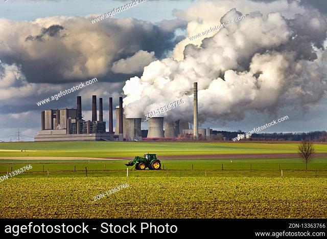 Trecker vor dem Braunkohlekraftwerk Frimmersdorf, Grevenbroich, Nordrhein-Westfalen, Deutschland, Europa