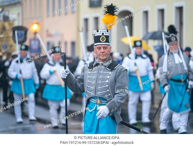 15 December 2019, Saxony, Marienberg: About 350 traditional costume wearers of Saxon miners' and mountain brotherhoods as well as about 160 mountain musicians...