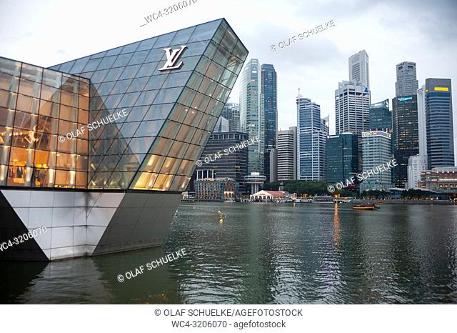 Singapore, Republic of Singapore, Asia - Louis Vuitton luxury boutique at Marina Bay with the city skyline of the central business district in the backdrop