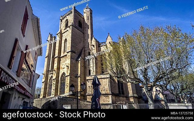 The collegiate Saint Étienne in Capestang was built in the 13th century in the Gothic style. The bell tower is 43 meters high. Monument historique