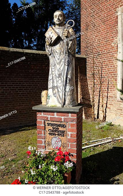 Germany, Grevenbroich, Erft, Lower Rhine, Rhineland, North Rhine-Westphalia, NRW, Grevenbroich-Langwaden, statue of the Holy Bernhard of Clairvaux at the...