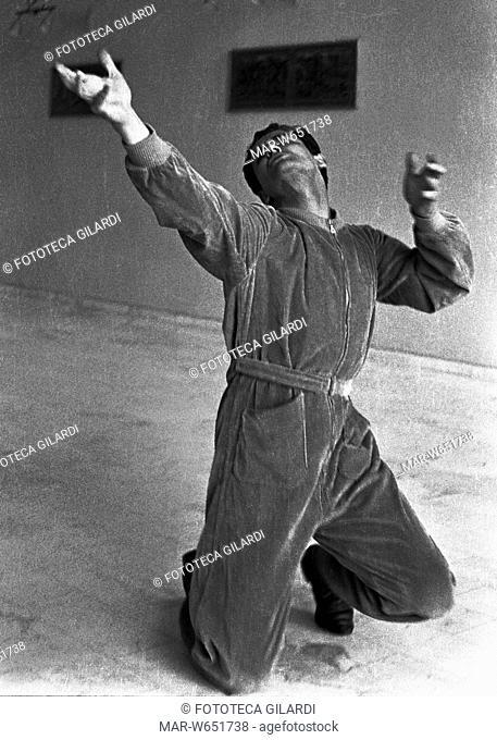 GESTI Vittorio Gassman esegue l'interpretazione dei gesti teatrali o -tragiche attitudini- (Morrocchesi): in ginocchio braccia, mani e sguardo verso l'alto