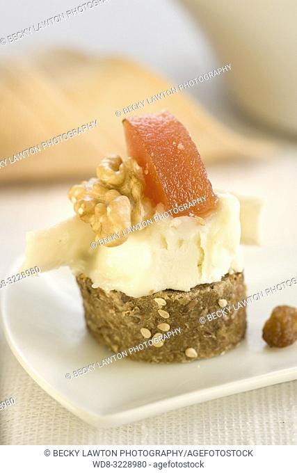 Montadito de queso de cabra, membrillo, nueces y salsa caramelo