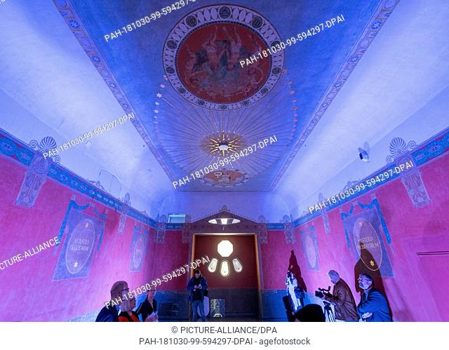 30 October 2018, Saxony-Anhalt, Halle (Saale): Participants of a preview stand in the historical Freemason room in the former lodge house on the Jägerberg in...