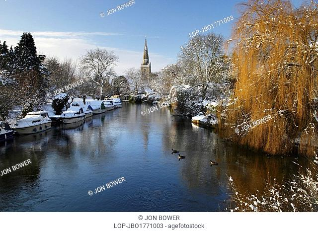 England, Oxfordshire, Abingdon. Picturesque winter view down the the River Thames towards St Helen's Church in Abingdon