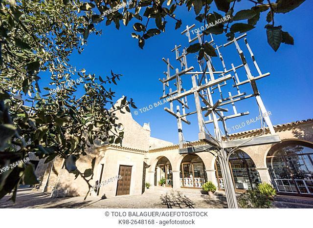 Creu de les Creus, Una escultura realizada por el artista Jaume Falconer y el herrero Toni Sastre, jugando con la idea del árbol de la ciencia de Ramon Llull