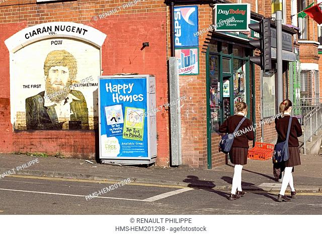 United Kingdom, Northern Ireland, Belfast, Catholic Falls area, young schoolgirls passing in front of a mural dedicated to Kieran Nugent, the first blanketman