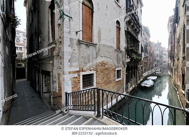 Houses, narrow alleyway, Ponte Santa Maria Mater Domini bridge over the canal Rio de le Do Torre, Venice, Venezia, Veneto, Italy, Europe