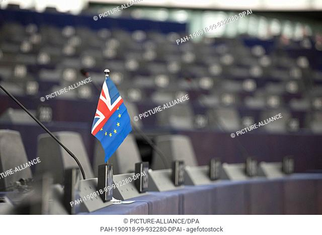 18 September 2019, France (France), Straßburg: A small flag combined from the flag of the United Kingdom and the European Union stands on a table in the plenary...