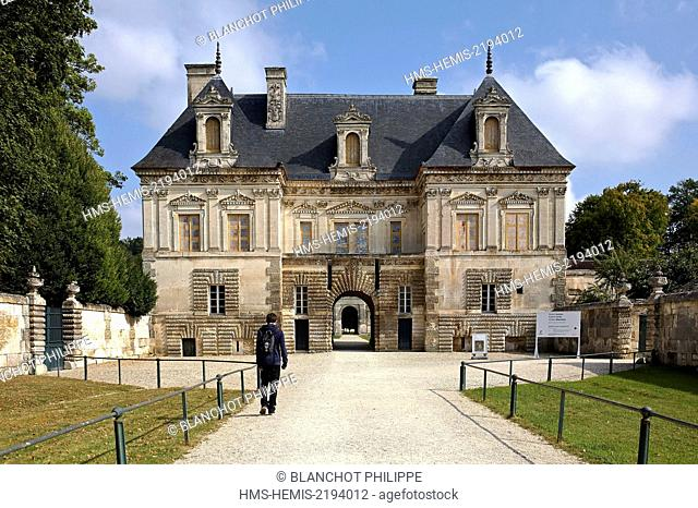 France, Bourgogne, Yonne, Chateau of Tanlay, Green courtyard