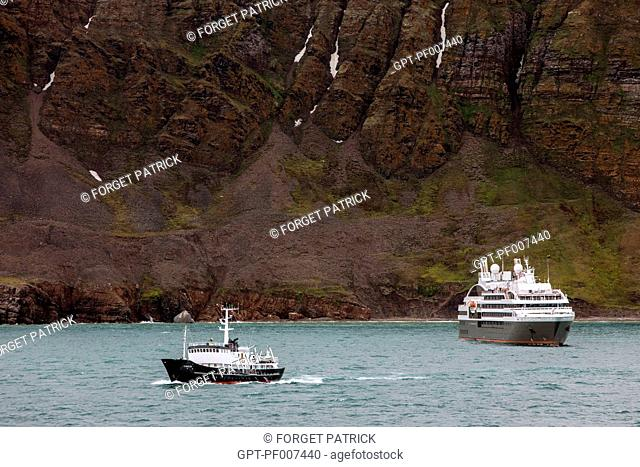 THE PONAN CRUISE SHIP AND A SCIENTIFIC RESEARCH BOAT, KINGS BAY DISCOVERED BY ALBERT I OF MONACO, SPITZBERG, SVALBARD, ARCTIC OCEAN, NORWAY