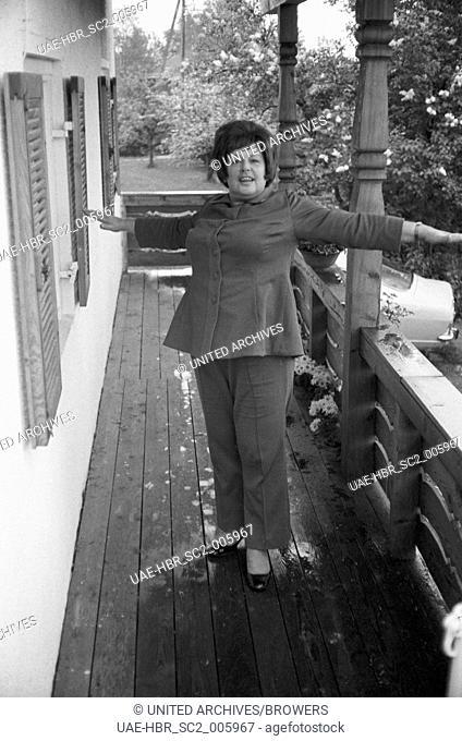 Die deutsche Schauspielerin Ursula Reit bei der Fitness, Deutschland 1960er Jahre. German actress Ursula Reit, Germany 1960s. 24x36swNeg378