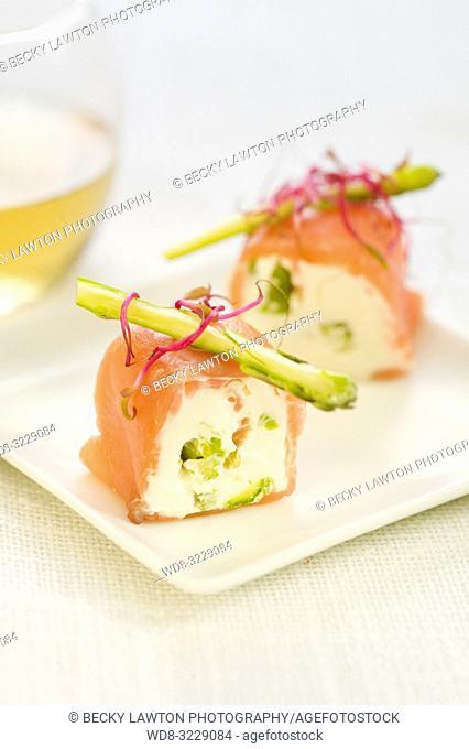 Pincho de salmon marinado, ajos frescos y esparragos con mayonesa
