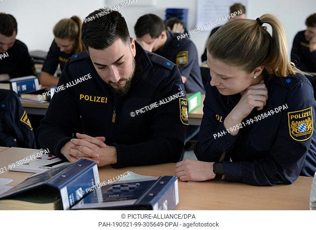 20 February 2019, Bavaria, Nabburg: Police chief Salina Thom and police chief Harun Aslantas (r-l) are working on a task in ethics teaching at the training...